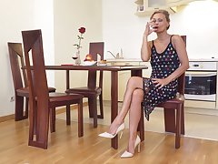 Sexually charged mature woman Bonita is effectuation with her uninteresting pussy