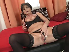 Short haired granny Rayna S. pounds her pussy concerning a dildo